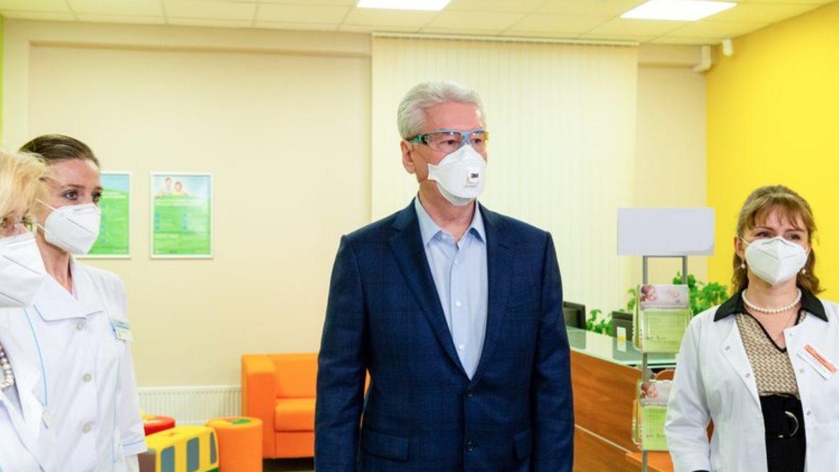 Мэр Москвы Сергей Собянин в маске коронавирус врачи