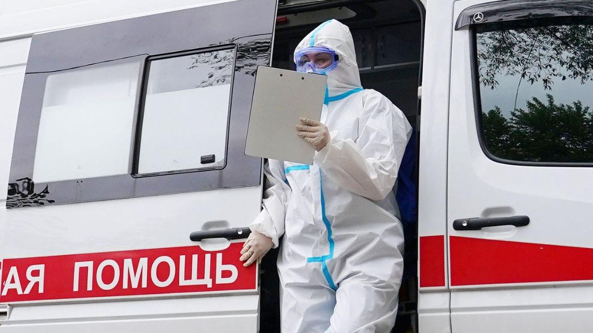 Россия Скорая помощь коронавирус врач спецодежда
