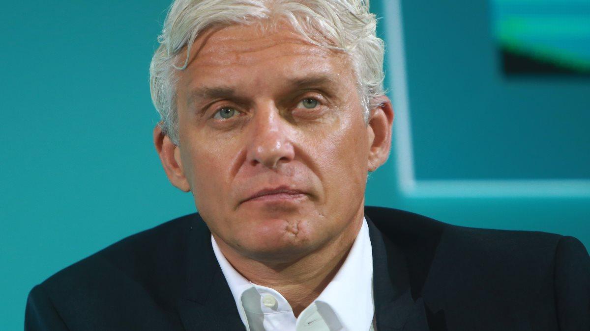 Олег Тиньков зелёный фон