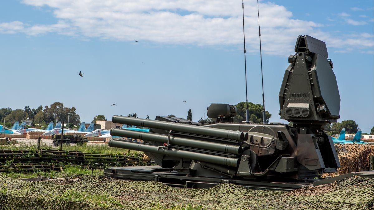 Сирия российская авиабаза Хмеймим Пусковая установка зенитного ракетно-пушечного комплекса Панцирь-С