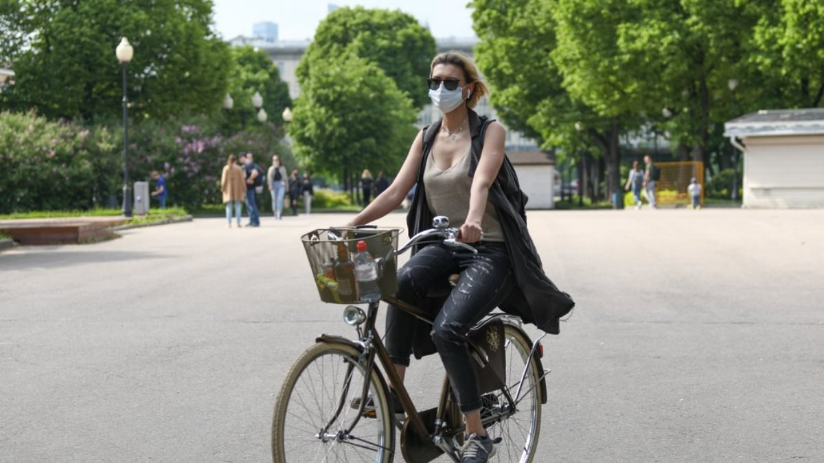 Коронавирус маска велосипедистка парк