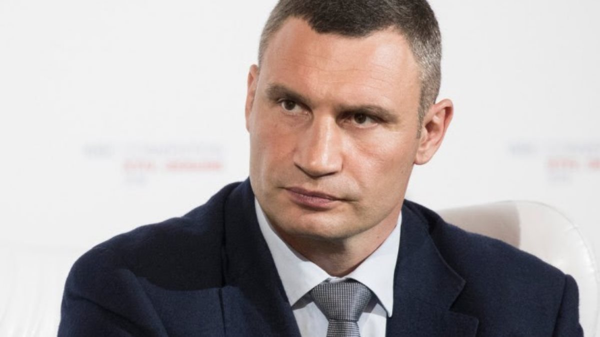 Виталий Кличко белый фон