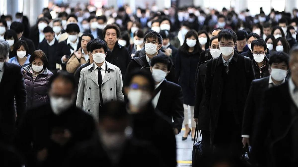 япония прохожие в масках на улице