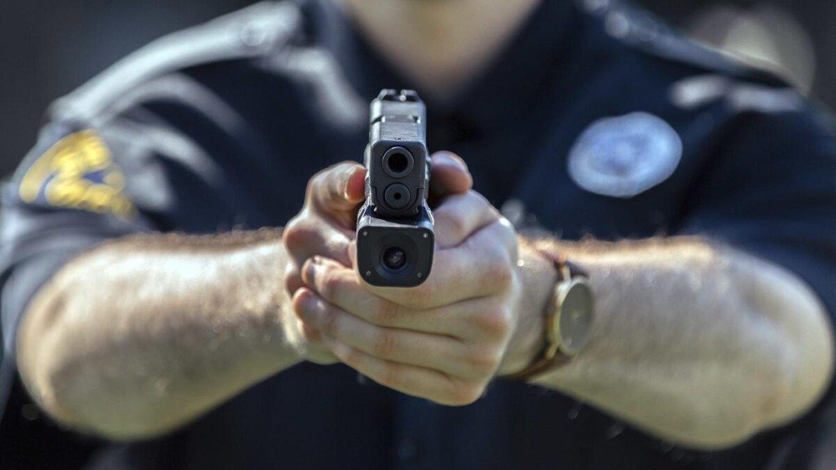 полицейский США с пистолетом