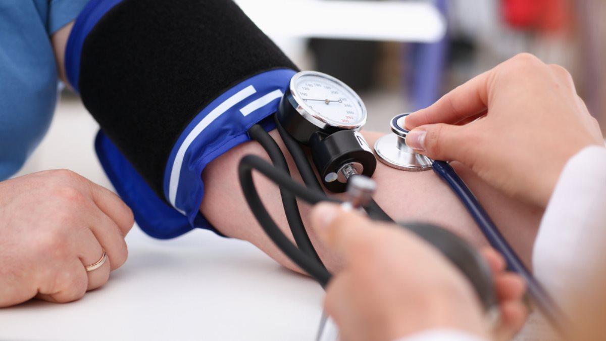 Кровяное артериальное давление тонометр врач пациент один
