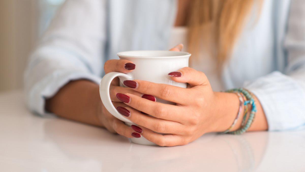 Кружка в руках кофе чай напиток один