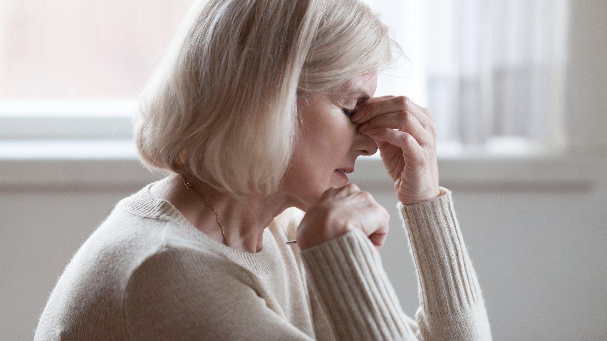 Усталость головная боль деменция слабоумие болезнь Альцгеймера плохая память забывчивость пожилая женщина головокружение один
