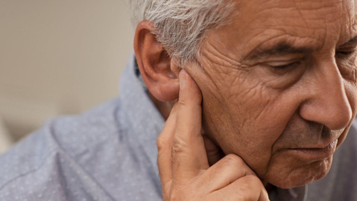 Здоровье старик пожилой пенсионер проблемы со слухом плохо слышит ухо уши потеря слуха