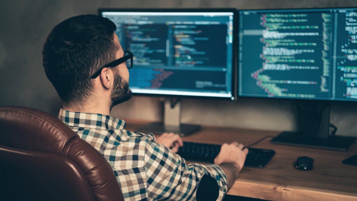 Программист IT-специалист в кресле