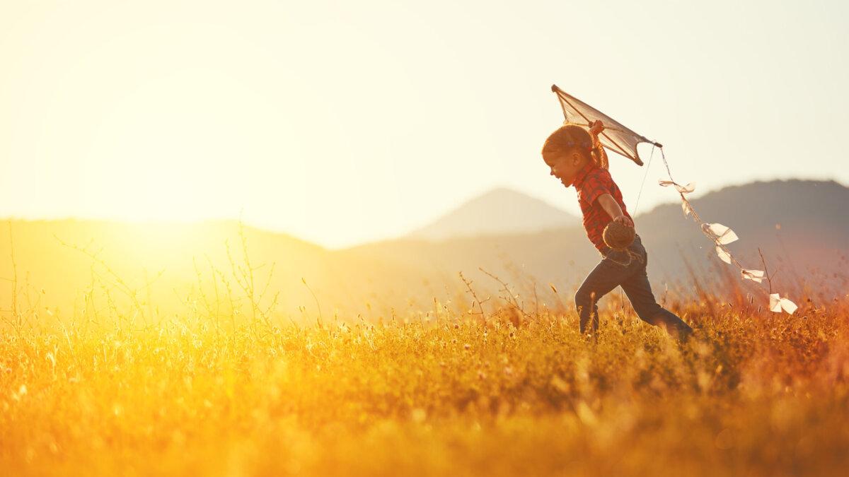 лето солнце тепло девочка воздушный змей