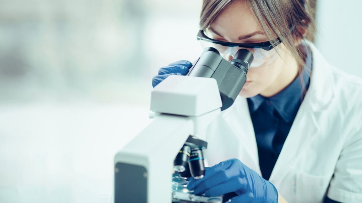 Лаборатория учёный врач доктор микроскоп