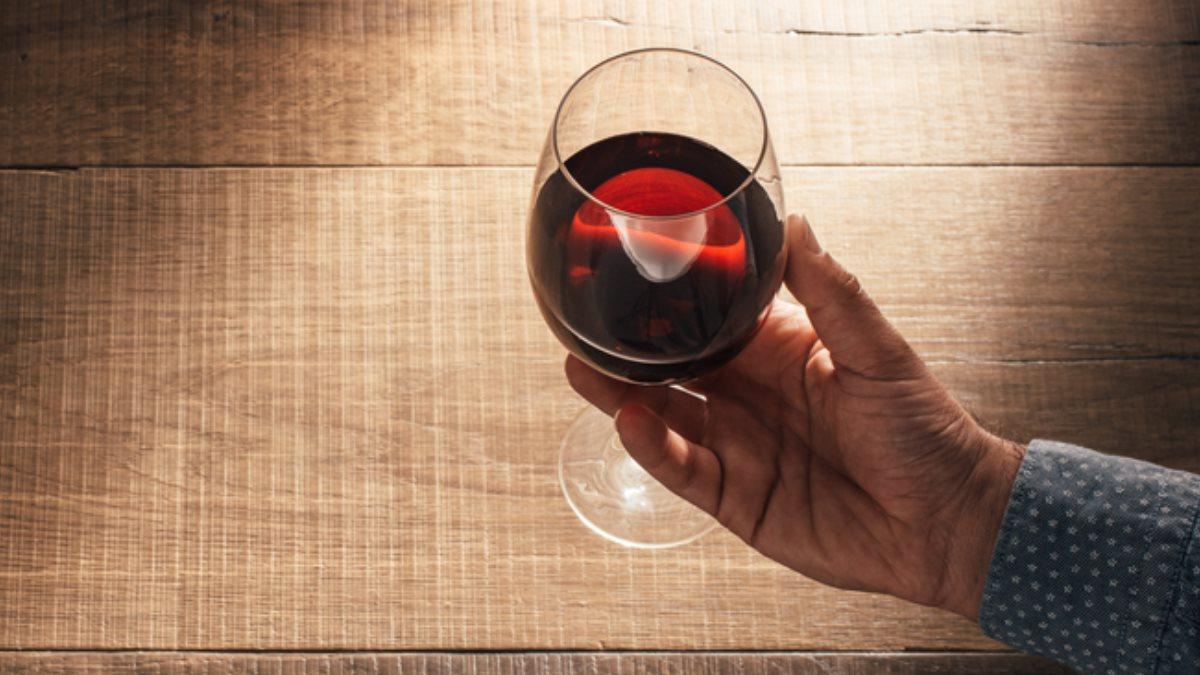 Бокал красного вина вино пожилой дедушка