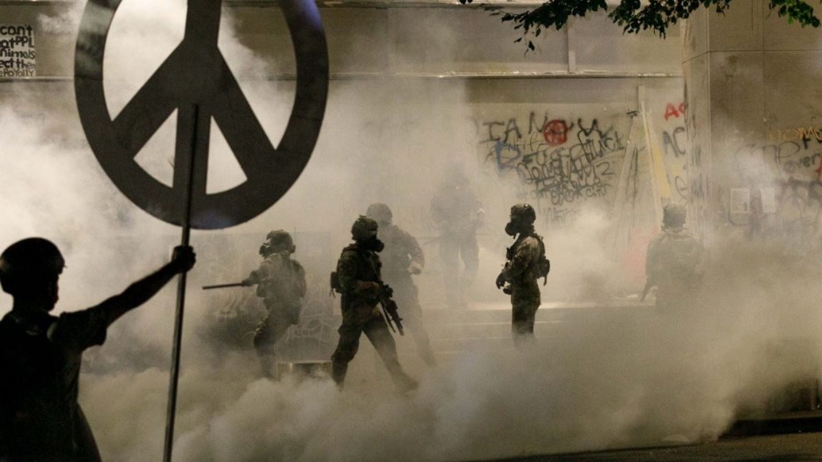 США протесты полиция Портленд слезоточивый газ