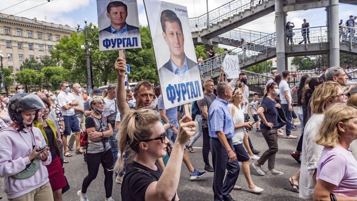 Участники несанкционированной акции в поддержку арестованного губернатора Хабаровского края Сергея Фургала
