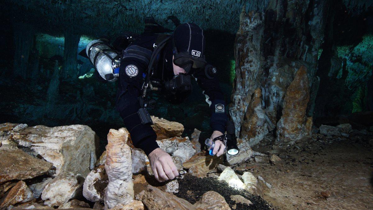 Аквалангист подводная пещера следы добычи красной охры