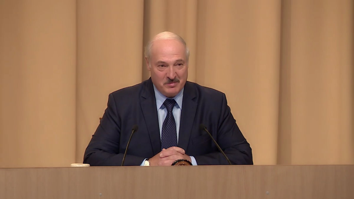 Президент Белоруссии Александр Лукашенко бежевый фон