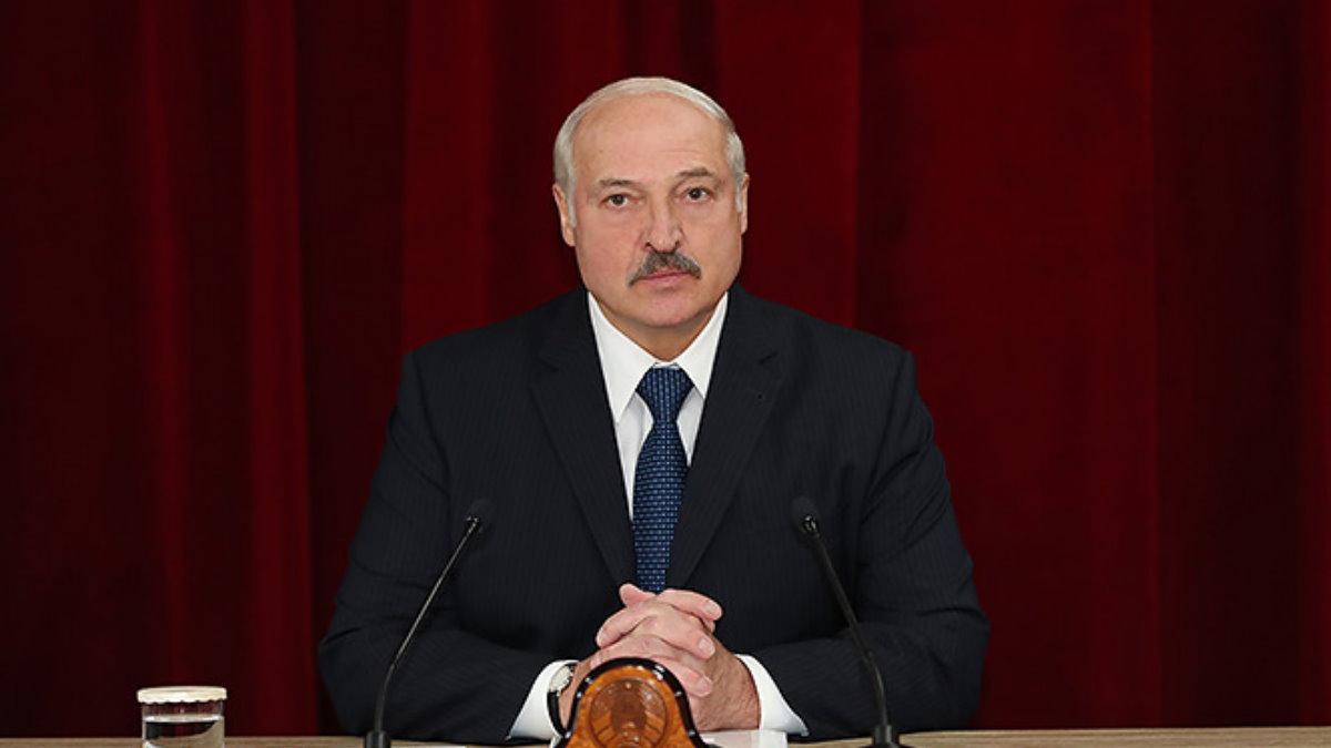 Президент Белоруссии Александр Лукашенко красный фон