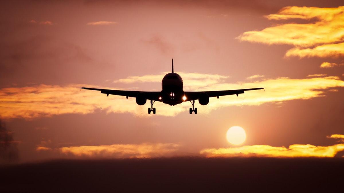Силуэт пассажирского самолёта в небе пять