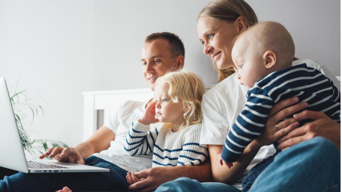 Молодая семья с детьми дети компьютер счастливая счастье