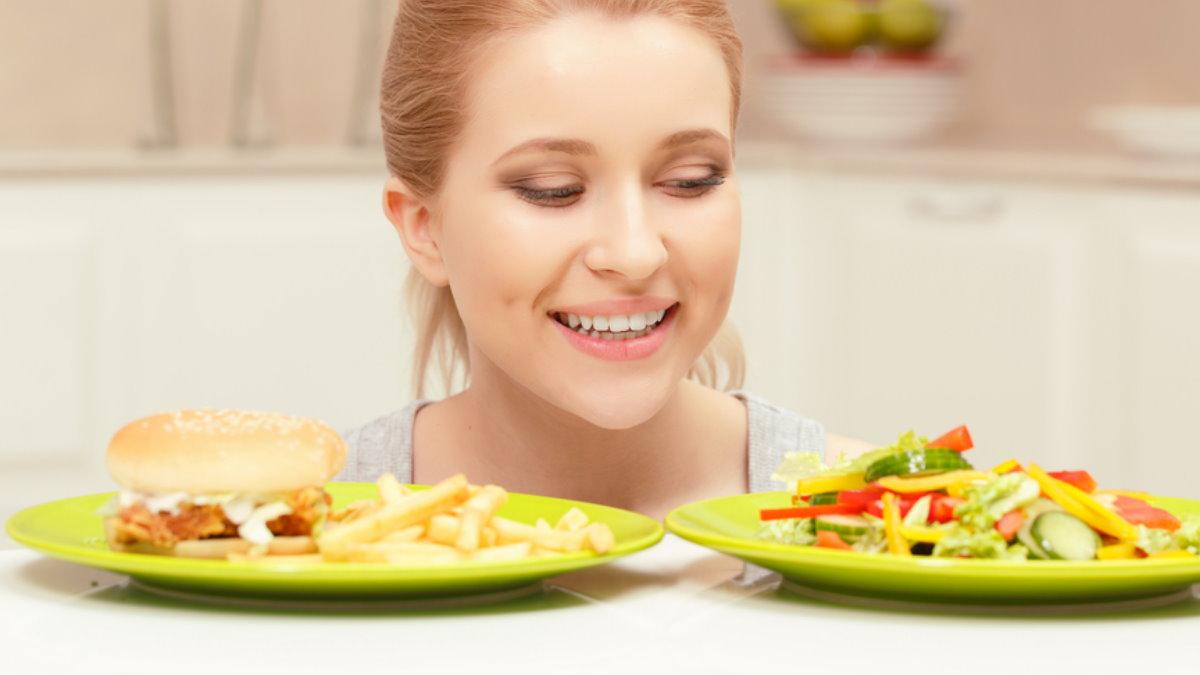 Диета похудение девушка выбирает правильное питание здоровая пища фастфуд