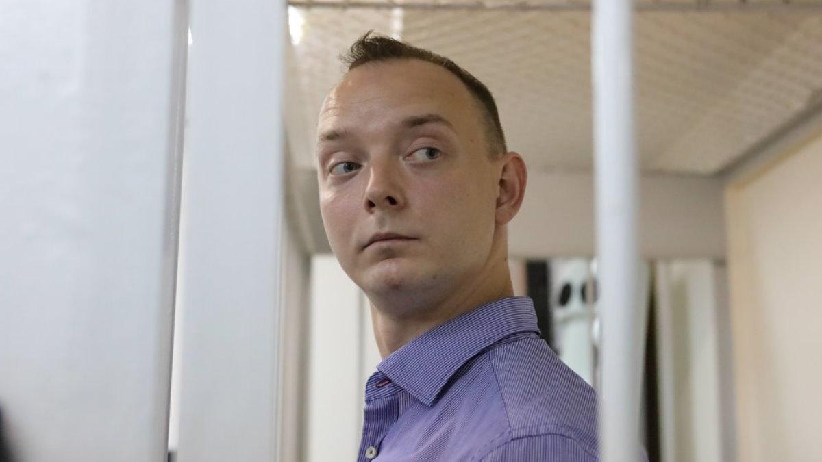 Советник главы Роскосмоса Иван Сафронов в суде бок