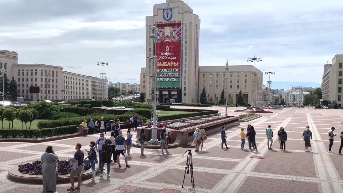К зданию ЦИК Белоруссии выстроилась очередь желающих подать жалобы