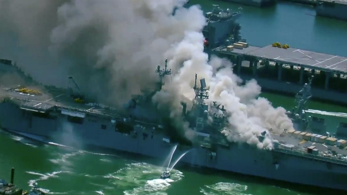 На американском десантном корабле Бономм Ричард произошел крупный пожар