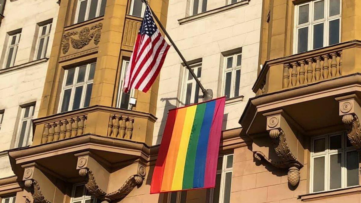Посольство США в Москве флаг ЛГБТ