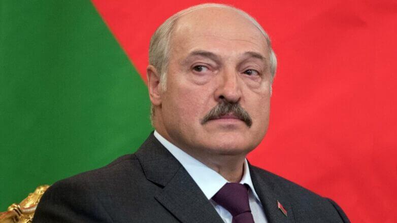 Александр Лукашенко на фоне флага один