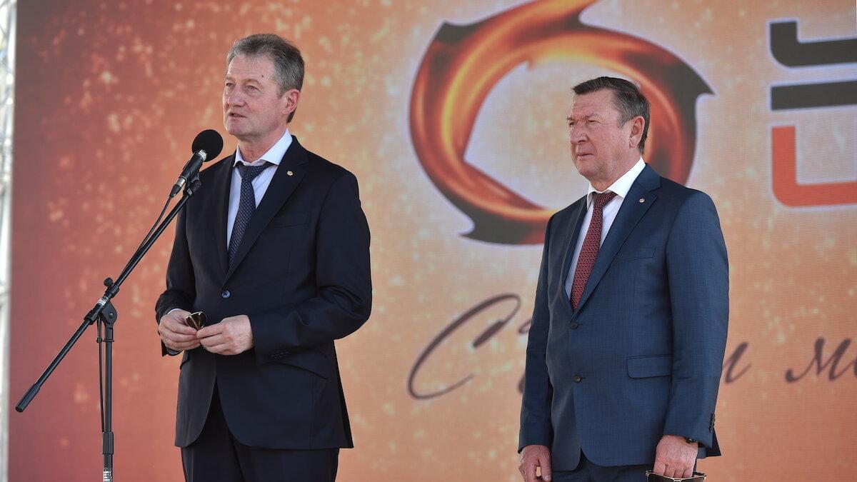 Генеральный директор УГМК Андрей Козицин и директор АО «Уралэлектромедь» Владимир Колотушкин поздравляют с Днем Металлурга