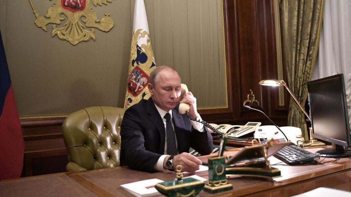 Владимир Путин говорит по телефону пять