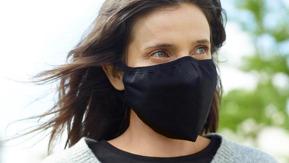 Женщина в маске MoxAdTech