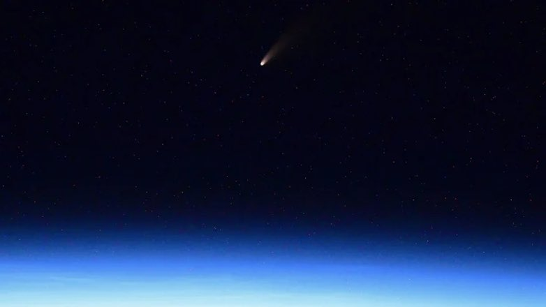 фото кометы C/2020 F3 , сделанное с борта МКС
