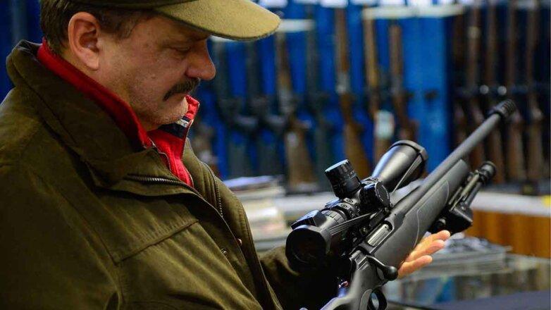 Покупатель оружия в магазине