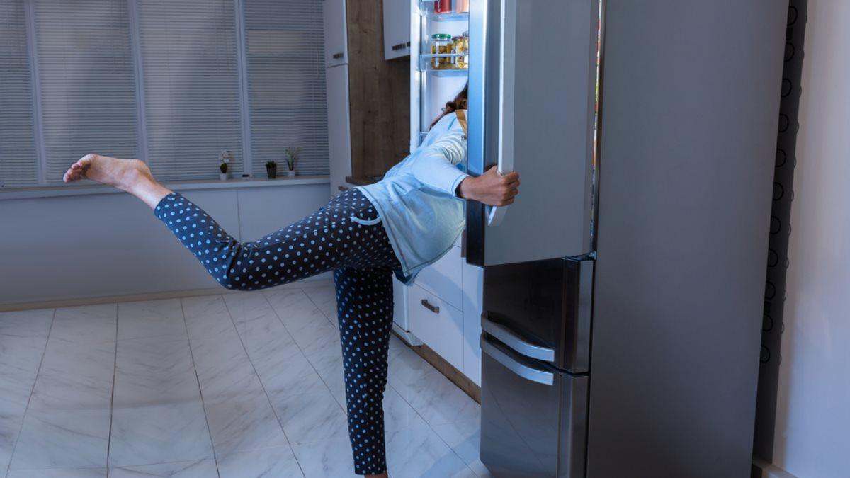 Ночь холодильник ночной перекус женщина диета похудение