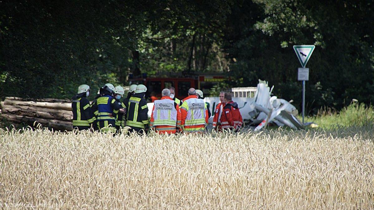спасатели на месте падения самолетов в Германии