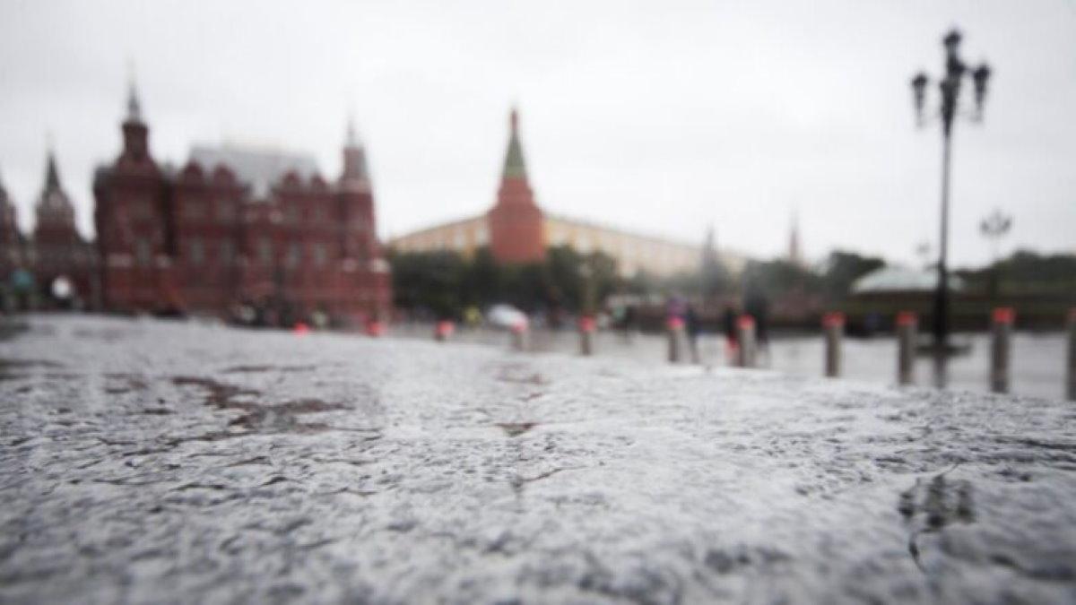 Погода дождь холод Москва Кремль