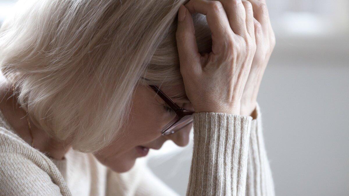 Усталость головная боль деменция слабоумие болезнь Альцгеймера плохая память забывчивость пожилая женщина головокружение два