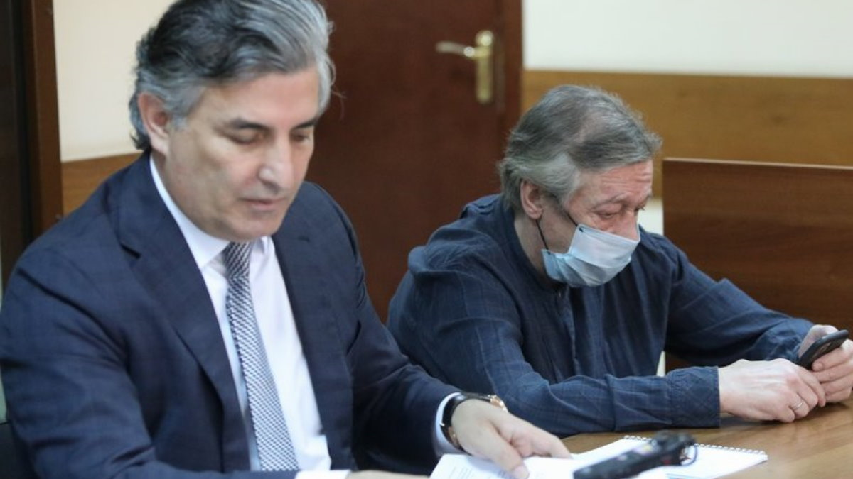 Адвокат Эльман Пашаев и актёр Михаил Ефремов в Пресненском суде три