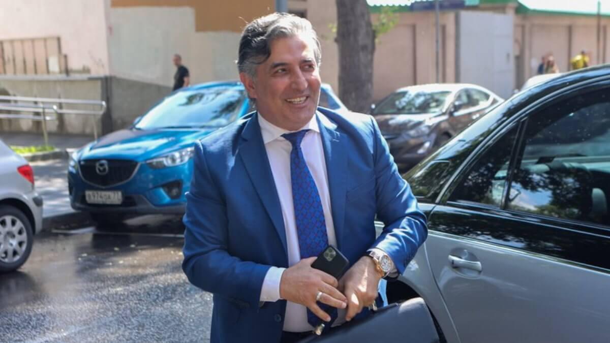 Адвокат Эльман Пашаев улыбается
