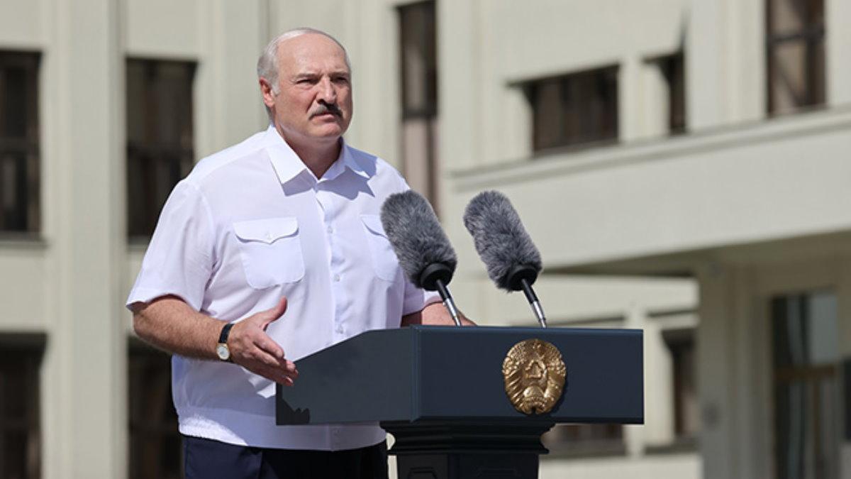 Президент Белоруссии Александр Лукашенко выступает на улице
