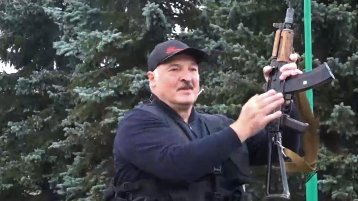Александр Лукашенко с автоматом