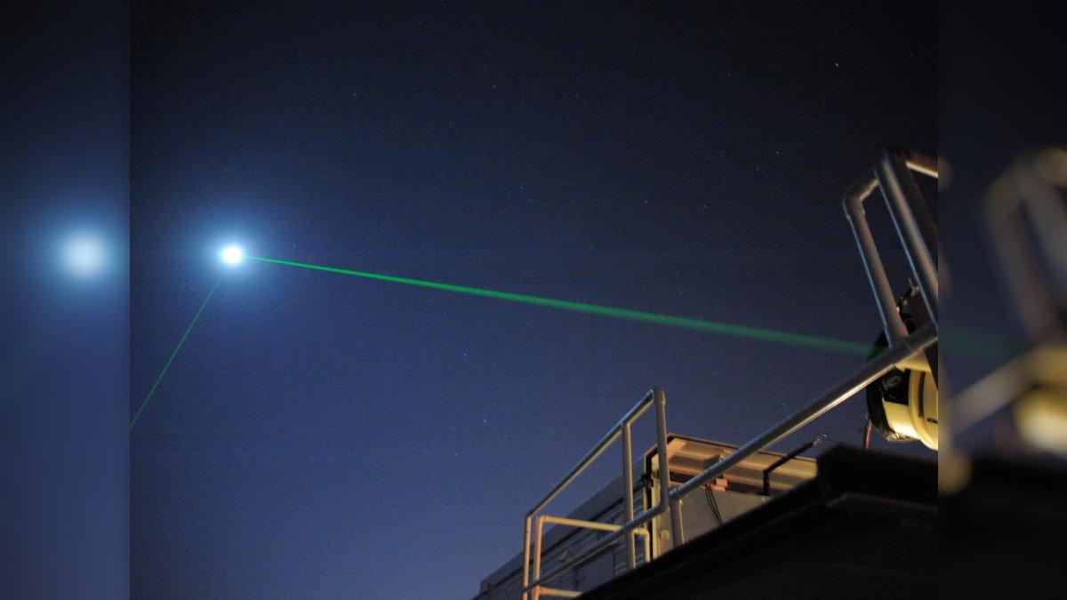 Астрономы выстрелили лазером в орбитальный лунный модуль
