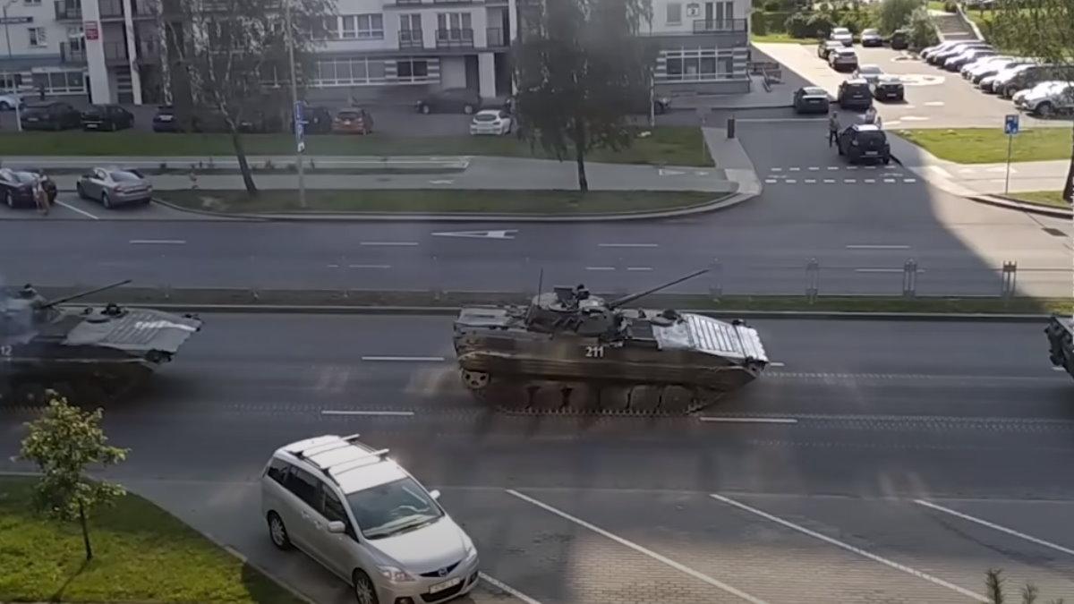 БМП едут по улицам Минска протесты
