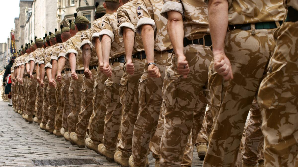 Британские солдаты на улице города