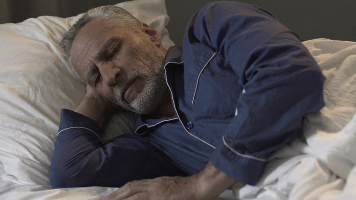Пенсионер старик спит спать плохой сон
