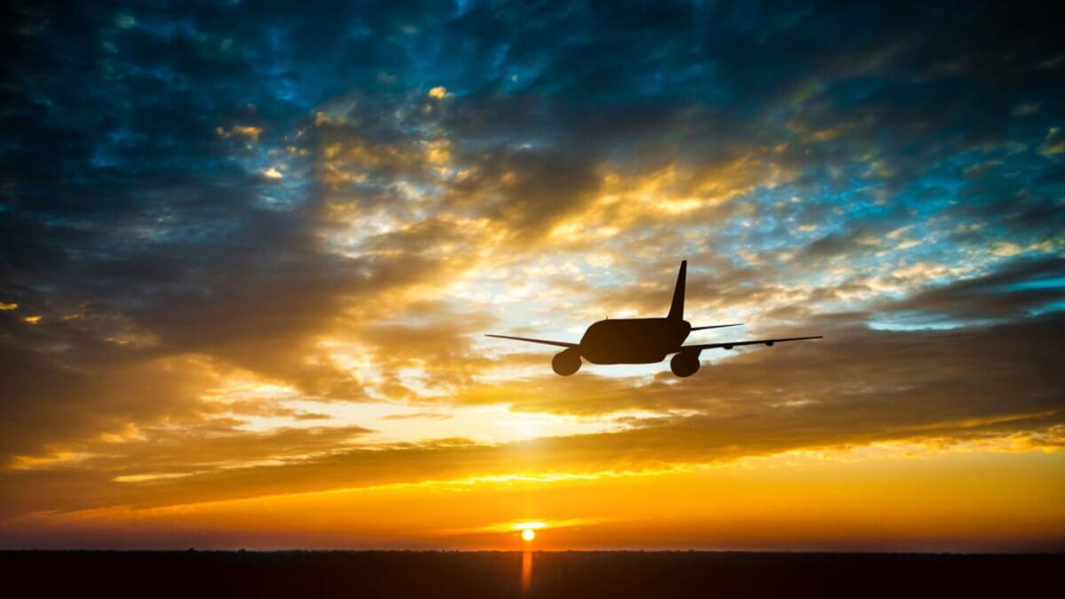 Силуэт пассажирского самолёта в небе шесть