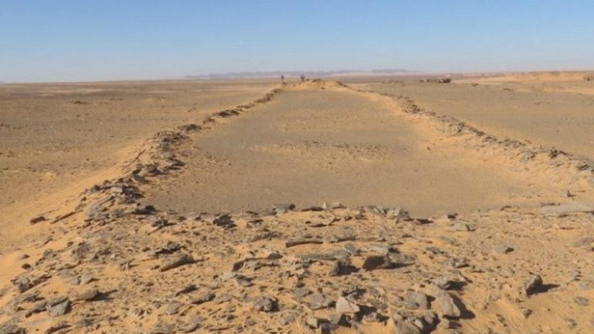 Каменные структуры на Аравийском полуострове в пустыне Нефуд мустатила