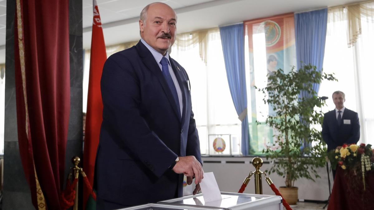 Лукашенко голосует на выборах
