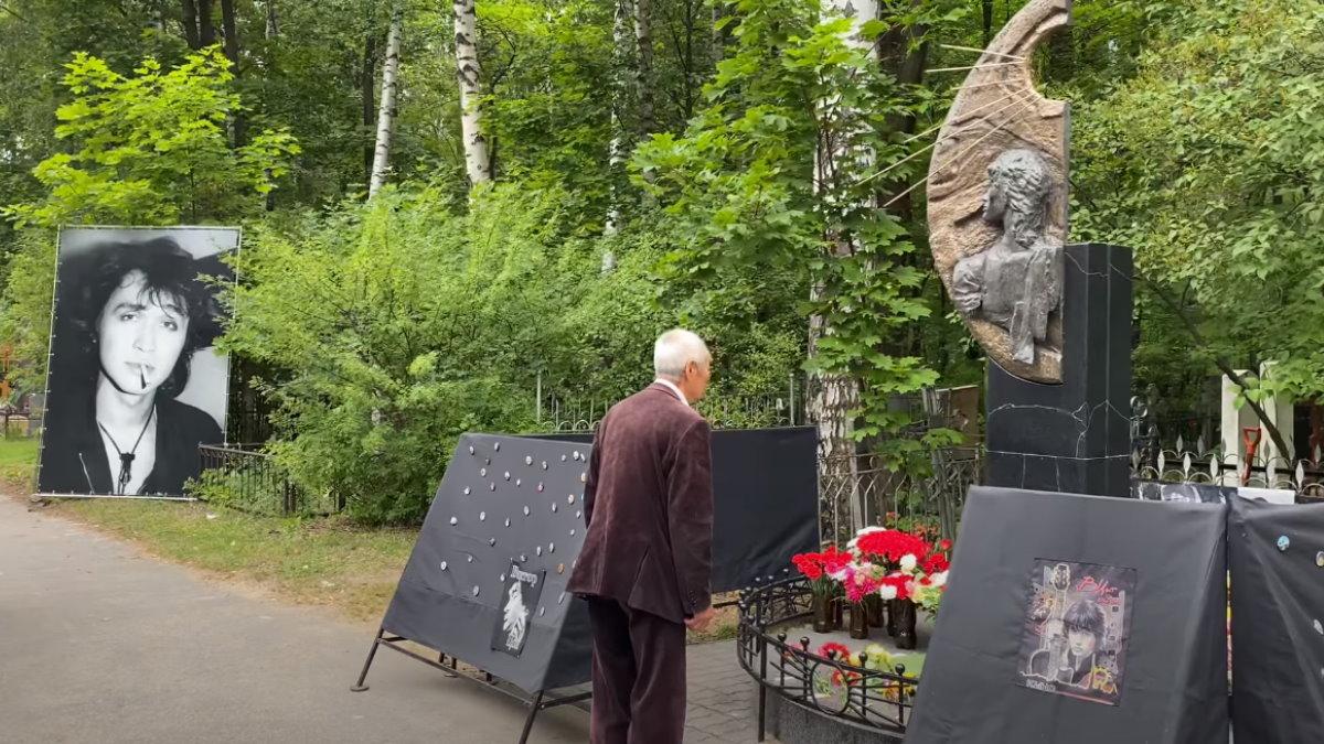 Отец Виктора Цоя Роберт Максимович на могиле сына Цой могила